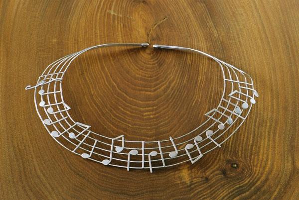 """Nothalsband i silver.  """"Höstvisa"""" av Tove Jansson."""