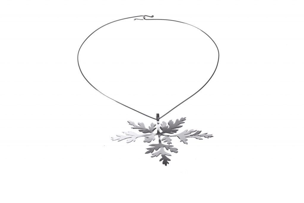 Halsband med silverlöv.