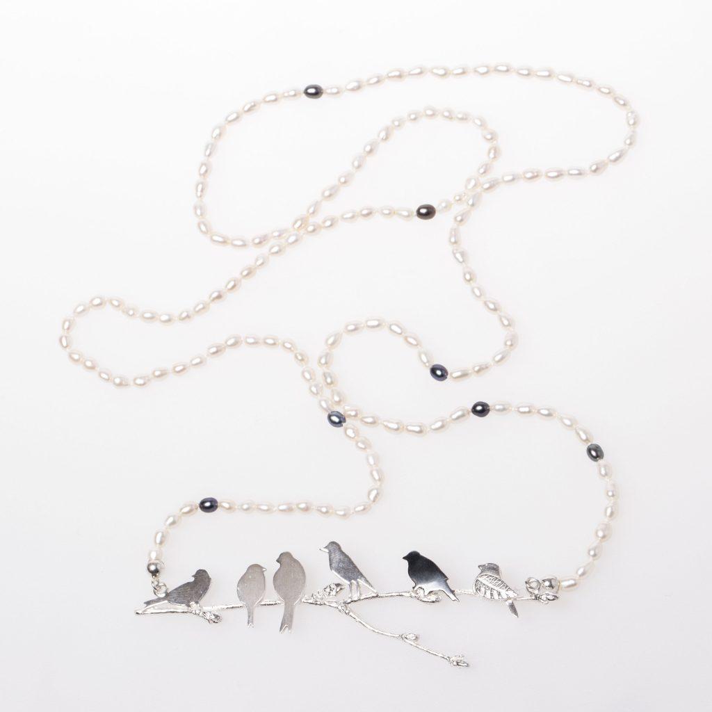 Pärlhalsband med silverfåglar.