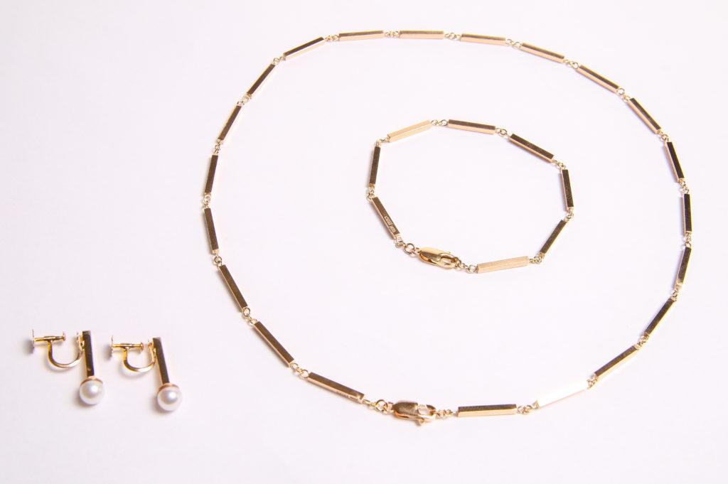 Halsband, armband och örhängen i 18K stavar och ljusa saltvattenspärlor.